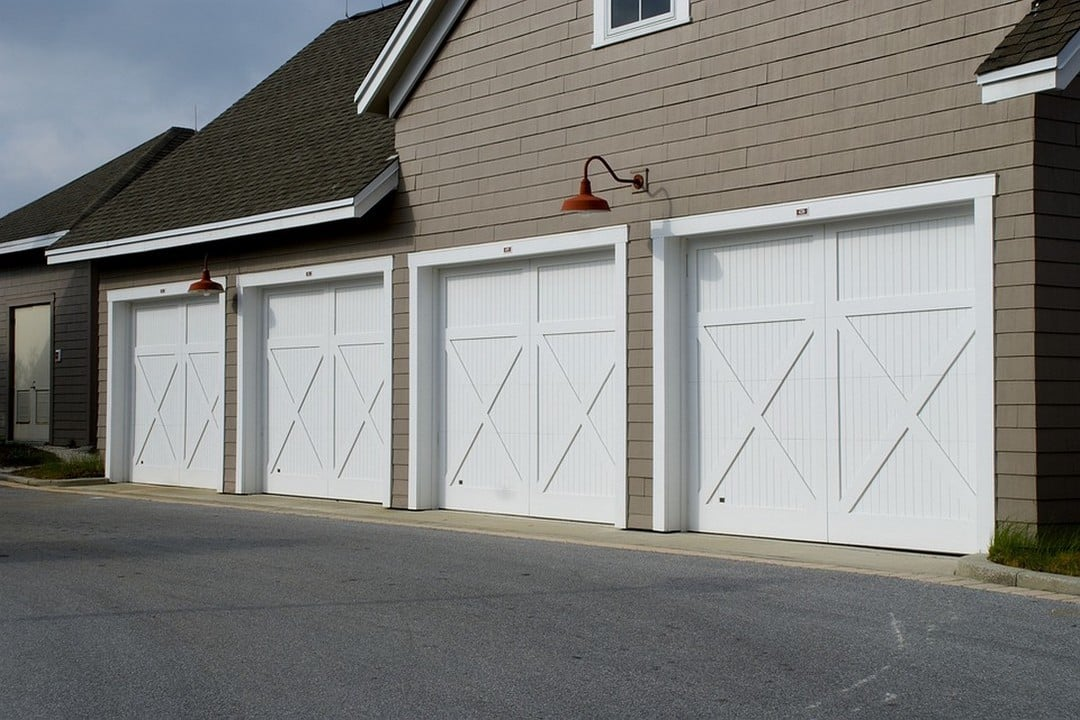 Porte de garage blanche sécurisée