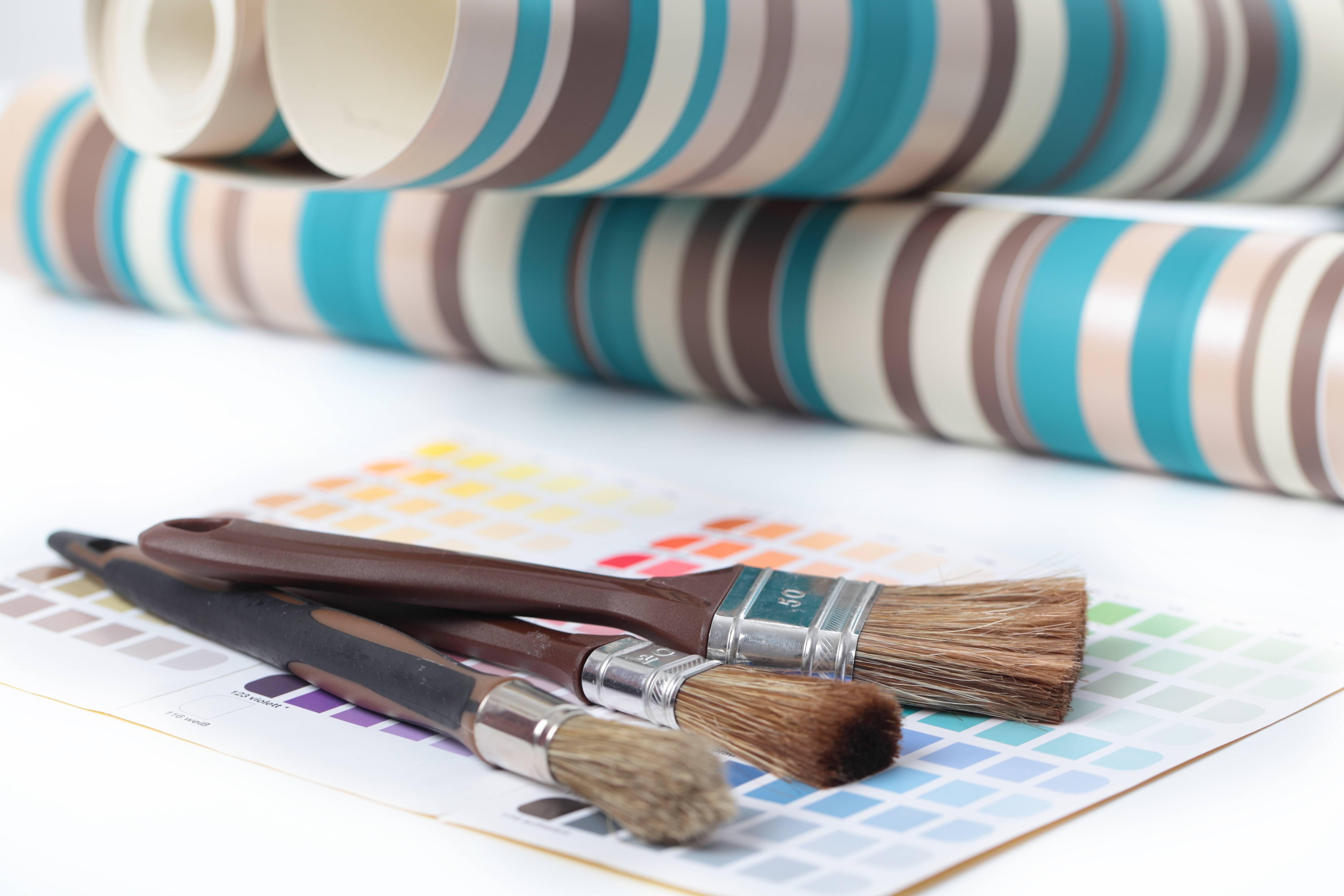 Guide des revêtements muraux : peinture, tapisserie, lambris