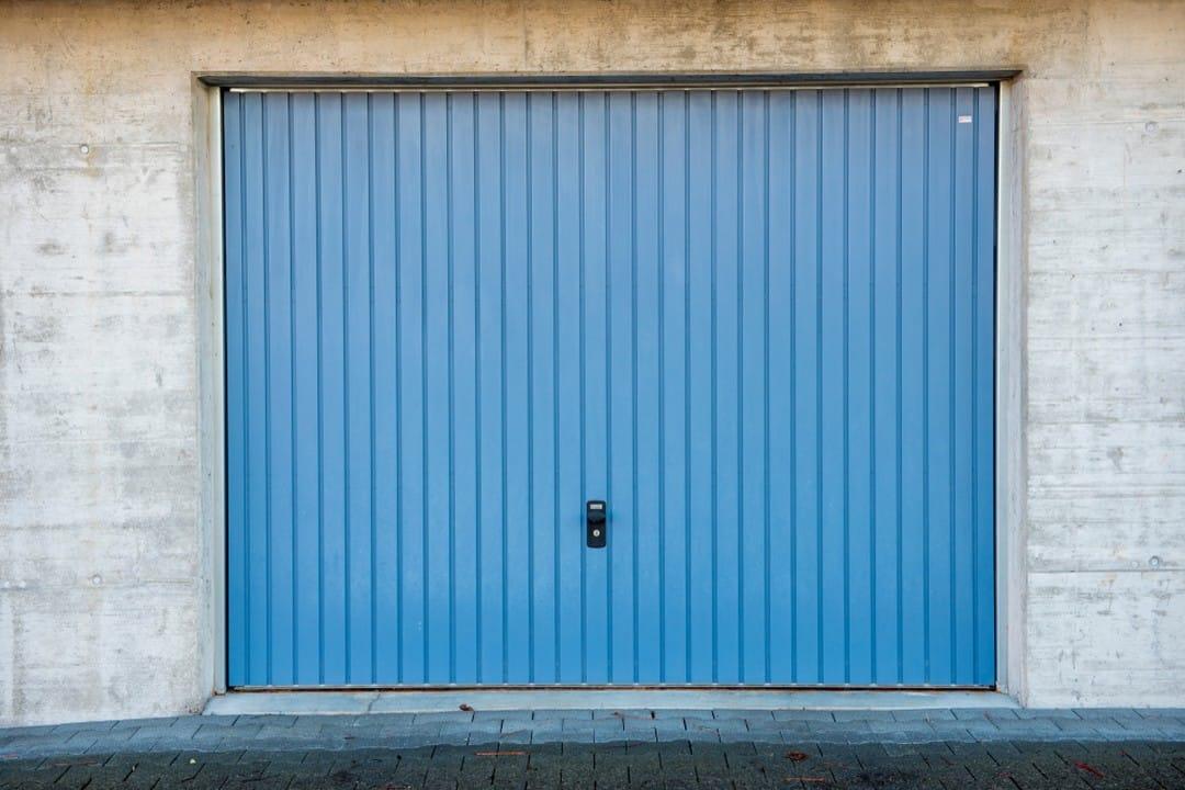 Porte de garage basculante bleue