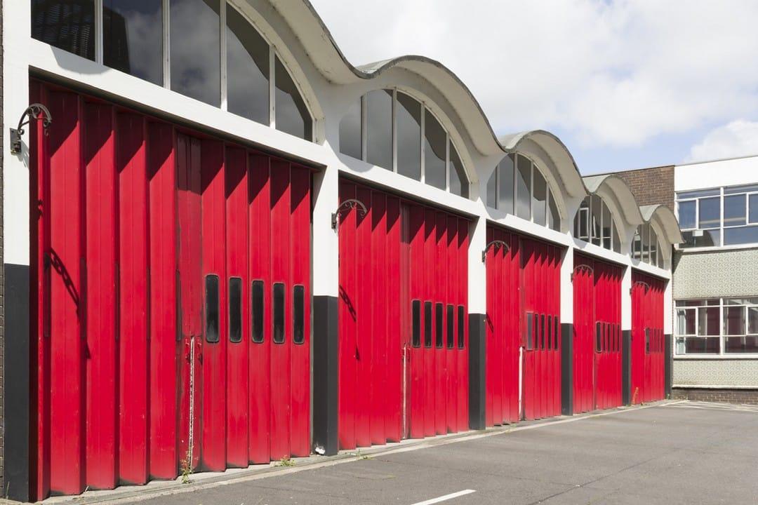 Porte de garage pliante rouge